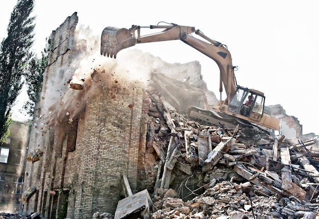 Koparka wyburzanie starego budynku