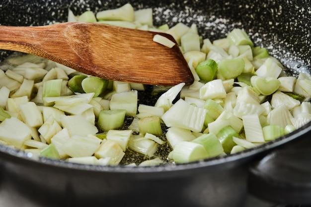 Koper jest smażony na patelni do przepisu w kuchni.