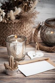 Koperta i karta z zapalonymi świecami i i kompozycja kwiatowa