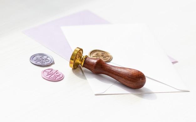 Koperta i pieczęć woskowa w różnych kolorach z napisem - miłość