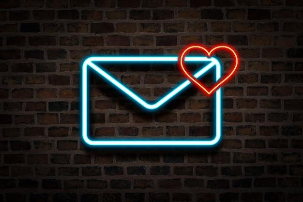 Koperta i serce, neon na tle ściany głównej. koncepcja e-mail, list od ukochanej osoby, serwis randkowy, randki online.