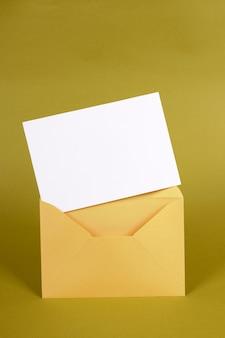 Koperta metalicznego złota z pustą kartą wiadomości lub zaproszenie