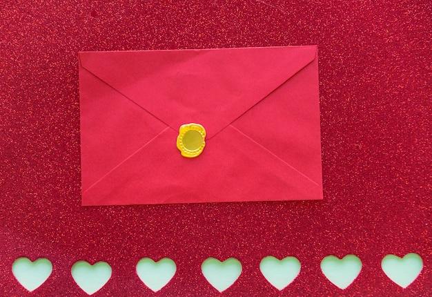 Koperta na papierze z wyciętymi sercami