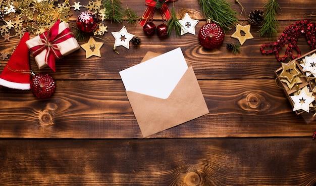 Koperta pocztowa wykonana z papieru kraftowego z białą kartką na tekst