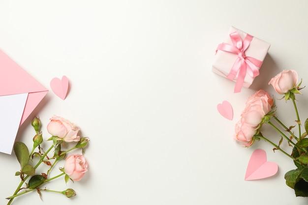Koperta, róże, serca i pudełko na białym tle