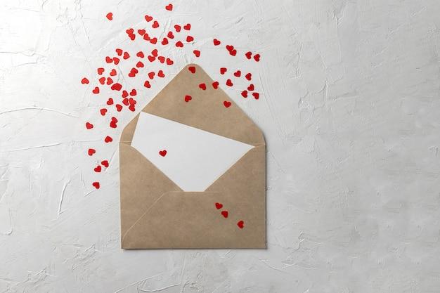 Koperta rzemieślnicza z czystym papierem, różowymi i białymi nutami serca