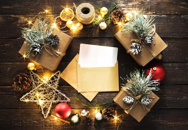 Koperta wieniec świętego mikołaja dekoracje świąteczne oświetlenie widok z góry płaskie leżał