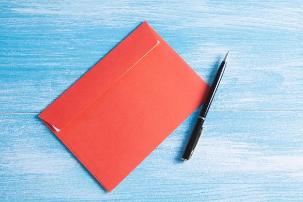 Koperta z długopisem na stole