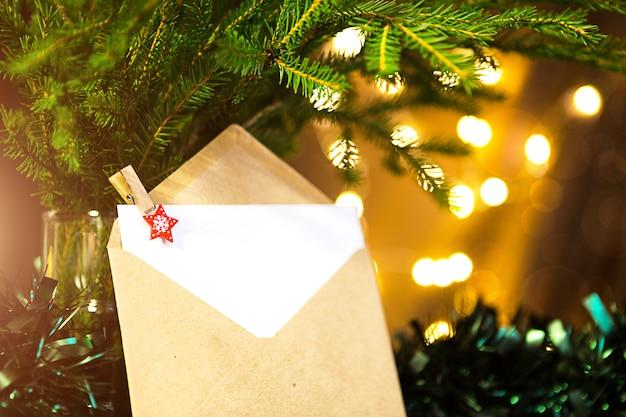 Koperta z kartką papieru - list do świętego mikołaja