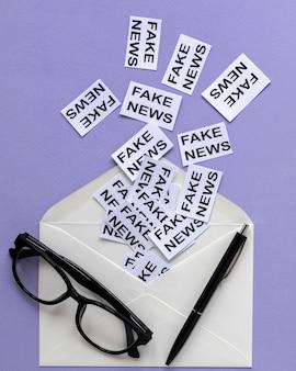 Koperta z kartką papieru z fałszywymi wiadomościami