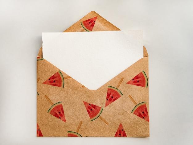 Koperta z pustą kartką na notatki. zbliżenie, widok z góry. gratulacje dla bliskich, krewnych, przyjaciół i współpracowników