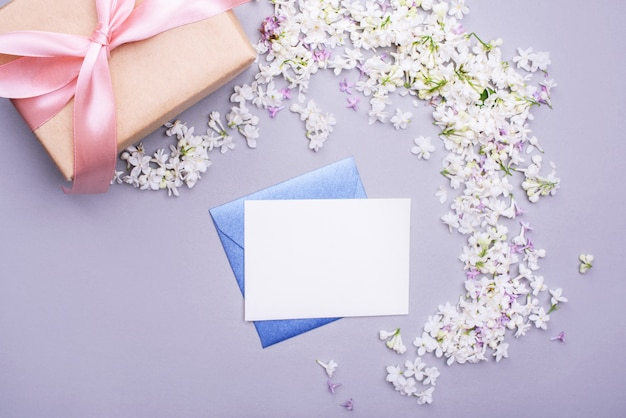 Koperta z pustym listem z prezentem, kwiaty bzu. treści wakacyjne.