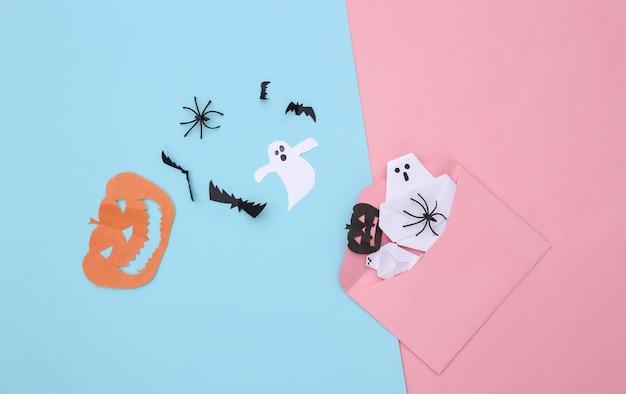 Koperta z ręcznie robionym papierem halloween na różowym niebieskim pastelowym tle. halloweenowy tło. widok z góry