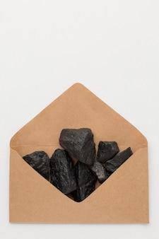 Koperta z widokiem z góry wypełniona rudą węgla