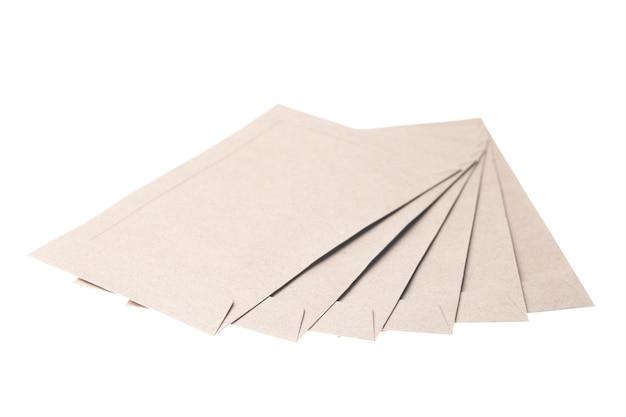 Koperty brązowego papieru na białym tle