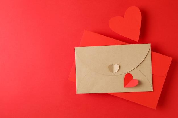 Koperty i serca na czerwonym tle, miejsca na tekst
