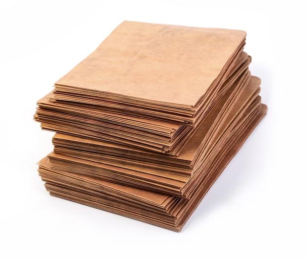 Koperty na stosy dokumentów na białym tle
