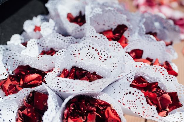 Koperty z płatkami róż na imprezę