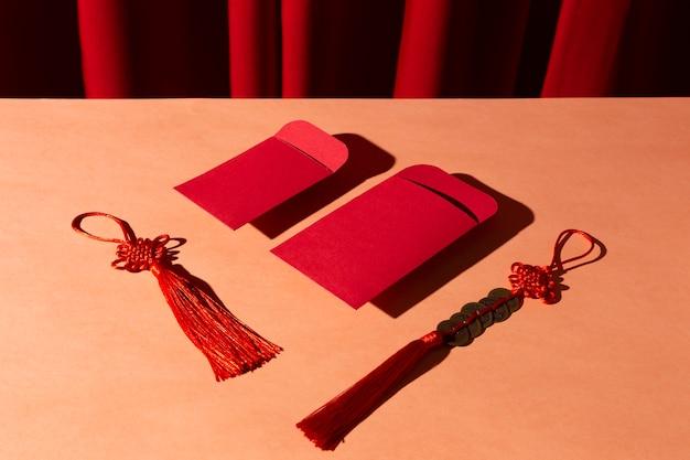 Koperty z wysokim widokiem i tradycyjne chińskie przedmioty