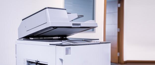 Kopiarka lub drukarka sieciowa jest narzędziem biurowym.