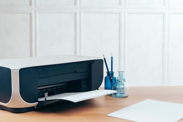 Kopiarka lub drukarka w nowoczesnym wnętrzu biurowym z bliska