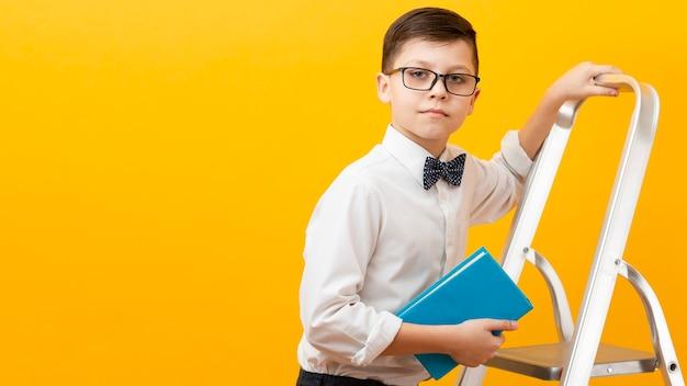 Kopiowanie miejsca chłopiec trzyma książkę