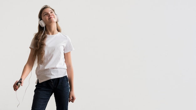 Kopiowanie miejsca dziewczyna ze słuchawkami