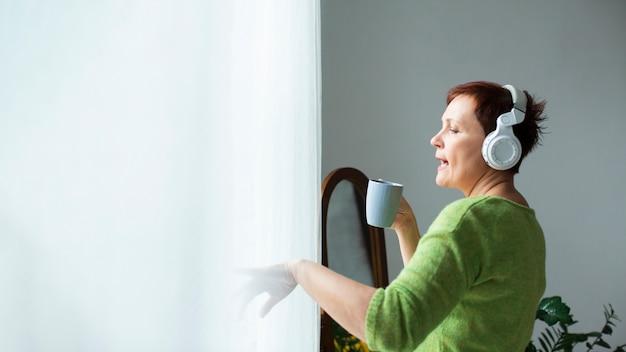 Kopiowanie miejsca starszy kobieta śpiewa w pucharze