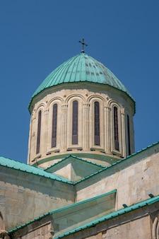 Kopuła katedry bagrati cerkiew w mieście kutaisi, gruzja.