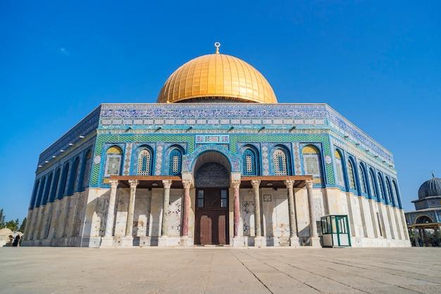 Kopuła na skale lub qubbatus sakhra w kompleksie masjidil aqsa jest jednym ze świętych budynków dla żydów i muzułmanów w izraelu. żadnych ludzi.