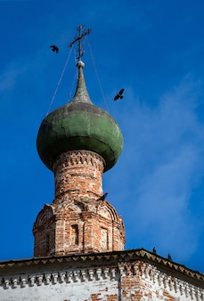 Kopuła starego kościoła, prawosławie, wrony