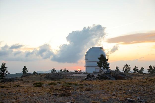 Kopuła w obserwatorium astronomicznym calar alto almería hiszpania