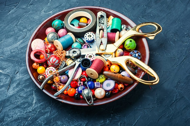 Koraliki, kolorowe koraliki i narzędzia