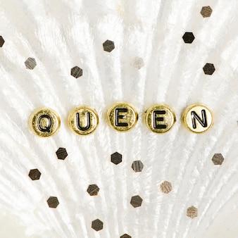 Koraliki z liter alfabetu królowej złota