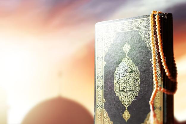 Koran i koraliki modlitewne na stole