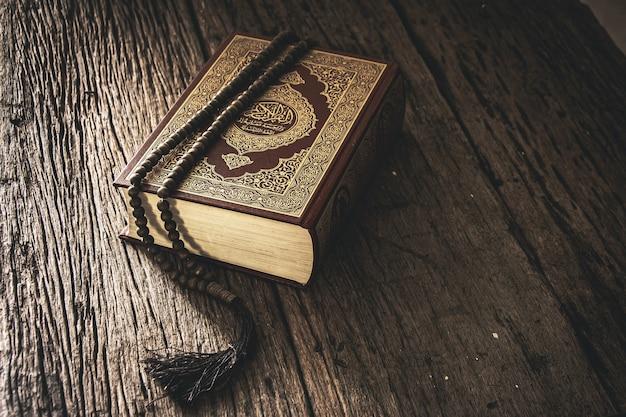 Koran - święta księga muzułmanów, pozycja publiczna wszystkich muzułmanów na stole, martwa natura.