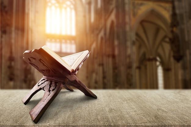 Koran święta księga muzułmanów w meczecie