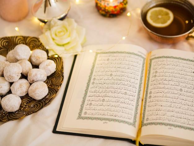 Koran widok z góry z herbatą i ciastem