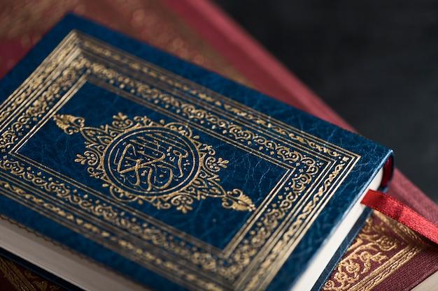 Koran wysoki kąt na stole