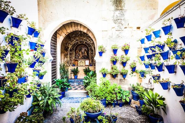 Kordoba, region andaluzja, hiszpania. stary kościół z tradycyjnymi kwiatami założonymi w tym mieście.