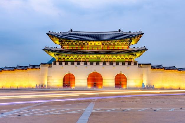 Korea, gyeongbokgung pałac przy nocą w seul, południowy korea.
