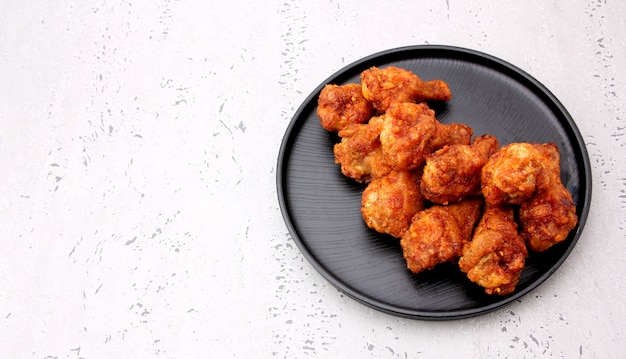 Koreańscy pieczonych kurczaków skrzydła odizolowywający na szarym tle w studiu.