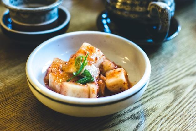 Koreańska miseczka sfermentowanych warzyw w restauracji
