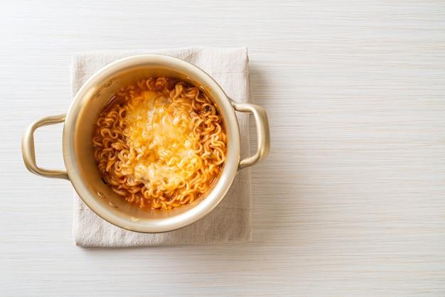 Koreańska miska na ostry makaron instant z serem mozzarella