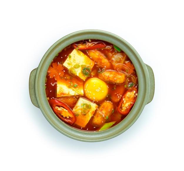 Koreańska pikantna zupa kimchi jjigae z tofu, żółtkiem