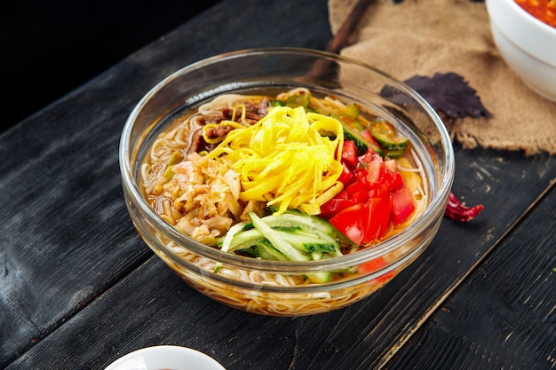 Koreańska zimna zupa kuksi z warzywami i wołowiną