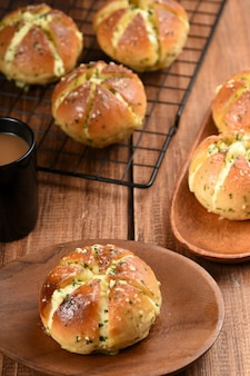 Koreański chlebek z serkiem czosnkowym chleb nadziewany serkiem śmietankowym polany z czosnkiem i masłem