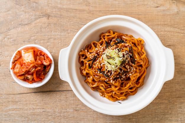 Koreański gorący i pikantny makaron instant z kimchi