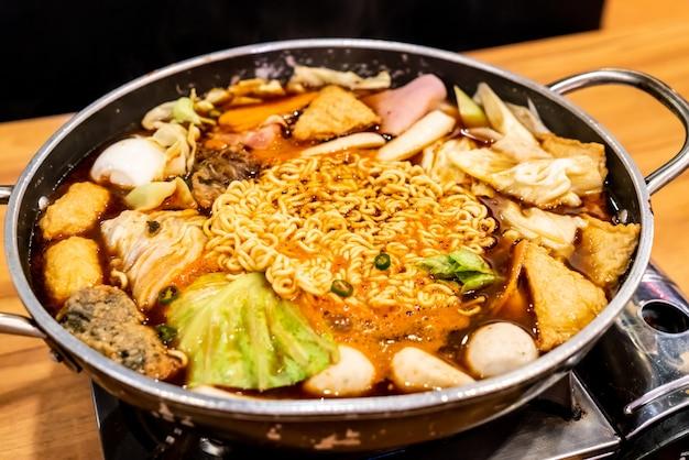 """Koreański hot pot """"budae jjigae"""" to koreańskie jedzenie fusion zawierające amerykański styl z makaronem, szynką, kiełbasą i kimchi."""
