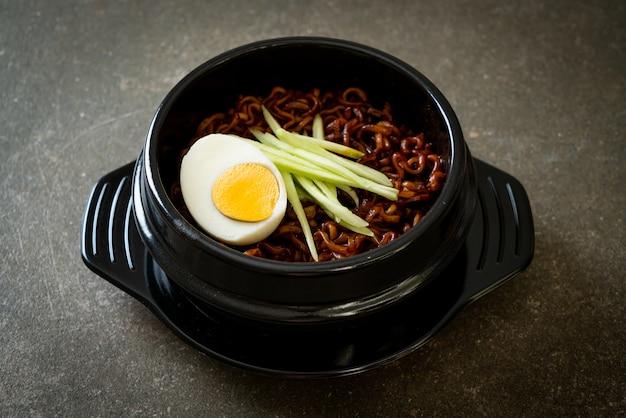 Koreański makaron błyskawiczny z sosem z czarnej fasoli z ogórkiem i gotowanym jajkiem (jajangmyeon lub jjajangmyeon) - koreański styl jedzenia